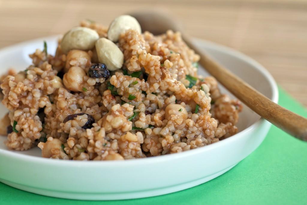 Bulgurisalat pähklite ja kikerhernestega